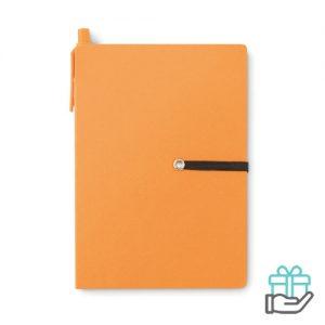 Gerecycled kartonnen notitieboekje pen oranje bedrukken